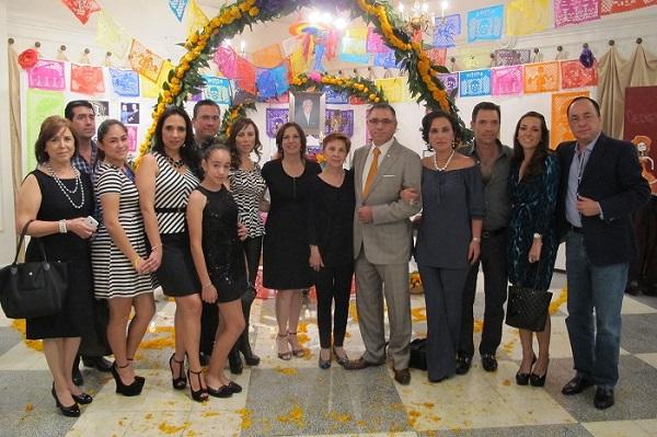 Familia del Lic. César Humberto Isassi junto con la Directora Elsa Munguia y Miembros del Patronato